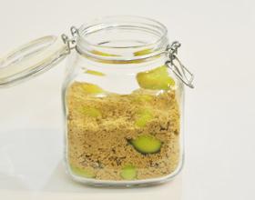 黒糖梅酒の作り方(容器に梅と黒糖を入れる)