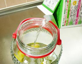 黒糖梅酒の作り方(ホワイトリカーを入れる)
